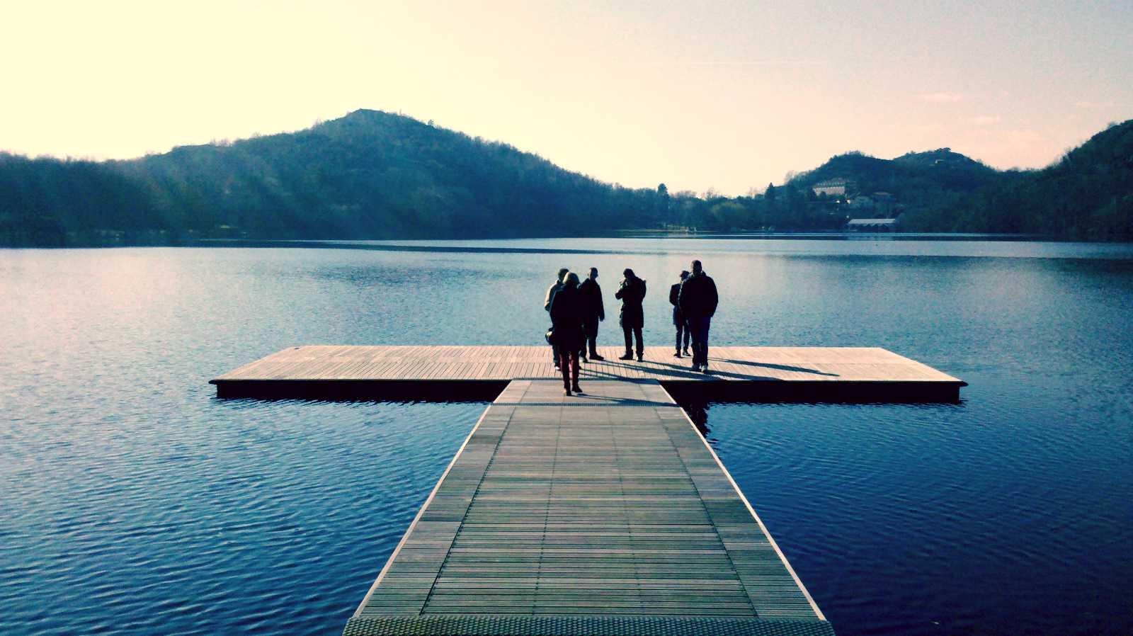 piattaforma sul lago